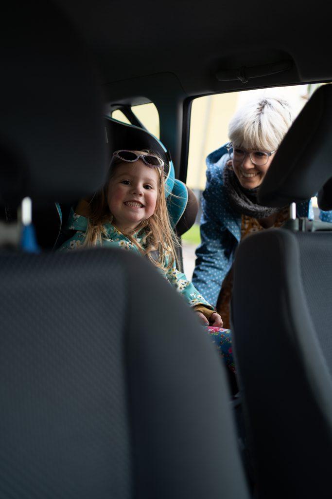 Eine Mütterpflegerin kann auch Fahrdienste übernehmen und die Kinder zum Beispiel in den Kindergarten bringen.