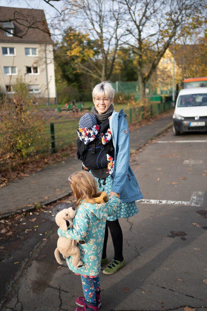 Eine Mütterpflegerin kann mit den Kindern rausgehen, damit die Mutter mal etwas Zeit für sich hat.