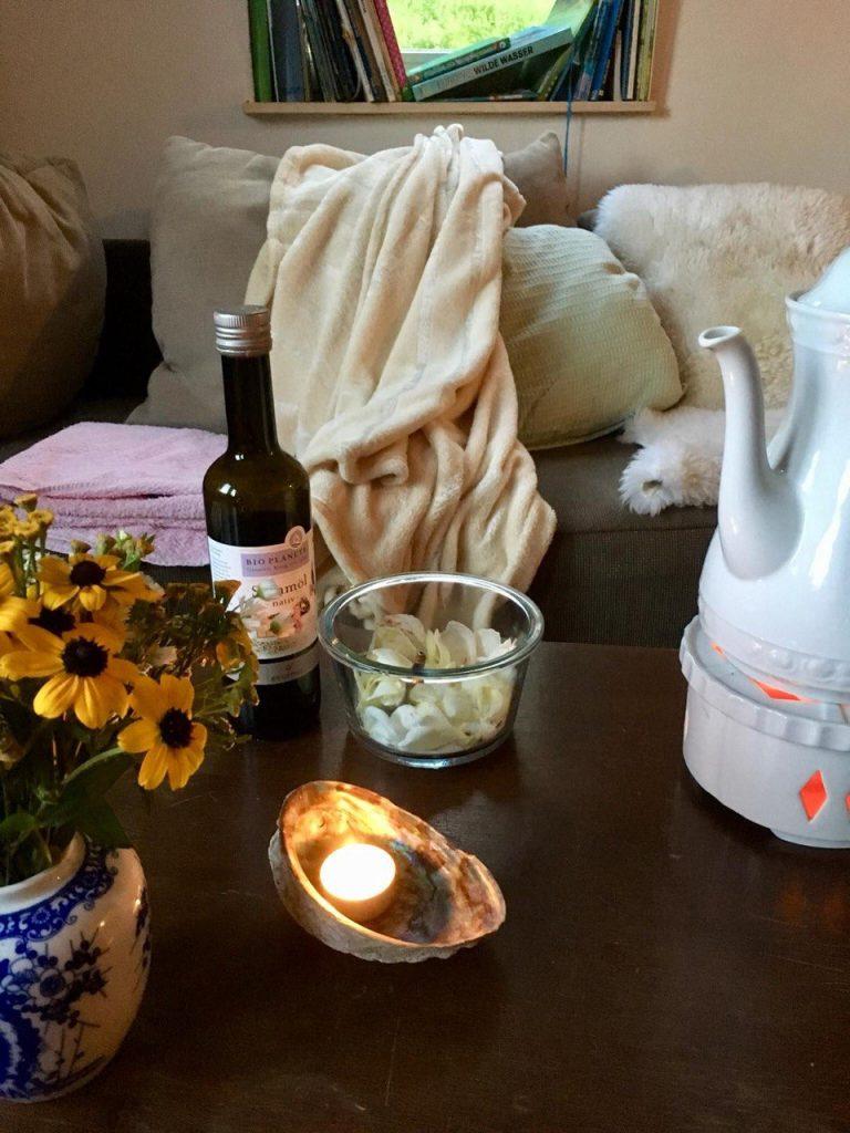 Ein Fußbad mit anschließender Massage mit Sesamöl erdet, beruhigt und entspannt.