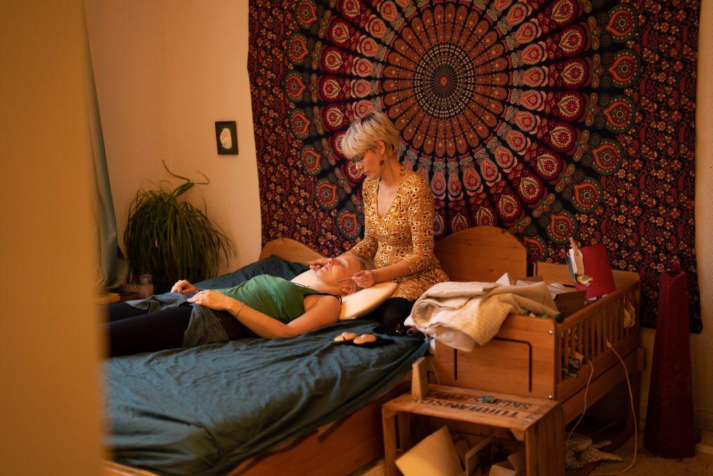 Eine Gesichtsmassage mit Edelsteinstäbchen entspannt auf eine ganz zarte behutsame Weise und löst tiefe Entspannung aus.