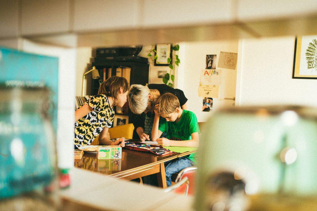 Mütterpflegerinnen können auch bei der Hausaufgabenbetreuung helfen