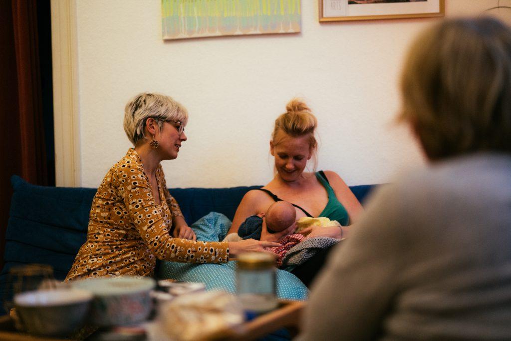 Eine Mütterpflegerin kann beim richtigen Anlegen unterstützen und Tipps zum Stillen geben.
